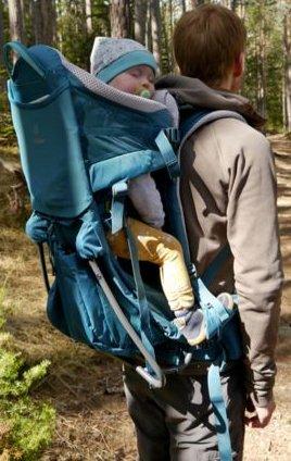 Śpiące dziecko w nosidełku turystycznym deuter kid comfort pro