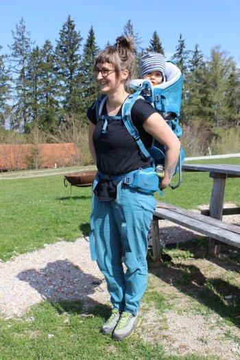 Mama z nosidłem turystycznym Deuter Kid Comfort PRO i dzieckiem w środku