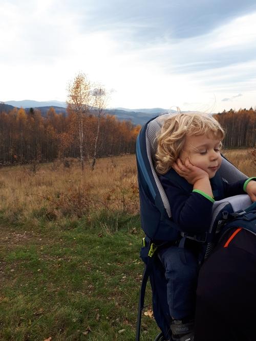 Dziecko w nosidełku turystycznym deuter kid comfort pro